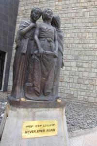 Staty vid Röda Terror-museet i Addis.