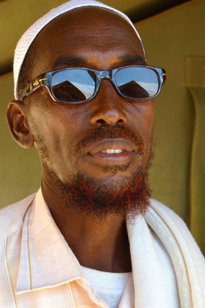 Somaliska islamister delar upp gisslan